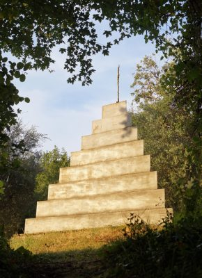 Daniel Spoerri Pyramide im Giardino Italien 67