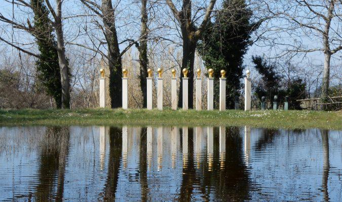 Künstlerin Eva Aeppli im Giardino Daniel Spoerri 49
