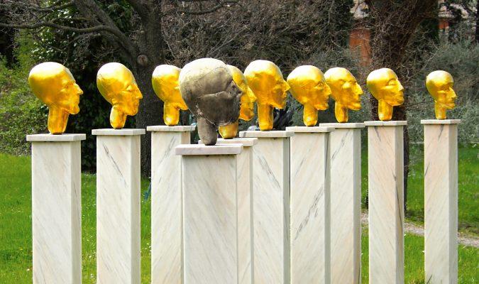Künstlerin Eva Aeppli im Giardino Daniel Spoerri 49-1